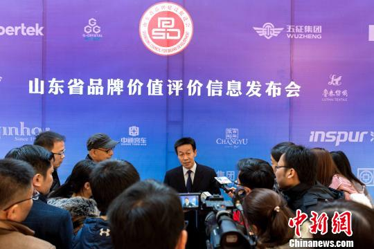 山东省质监局局长张宁波接受记者采访。 李欣 摄