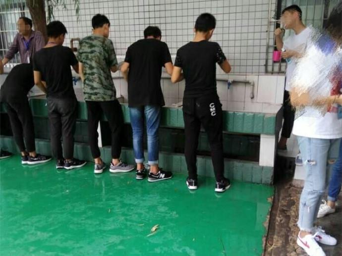 学校传统:学生说脏话被罚集体漱口 家长纷纷表示支持