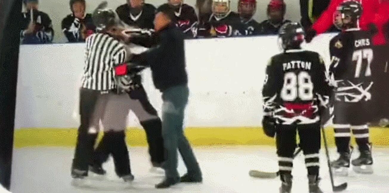 北京冰球赛裁判无视小球员被殴打, 球员父亲冲进赛场痛揍裁判