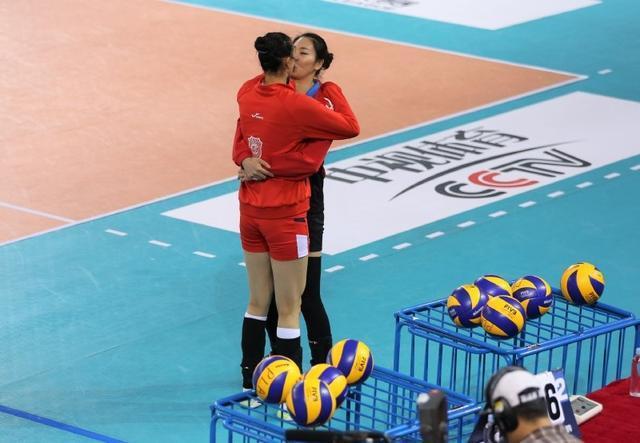 情难自禁!中国女排两国手激情相拥 看呆教练队友