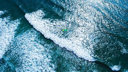 视频:激流上的疯狂,敢玩风筝冲浪,你心里就没点数吗?
