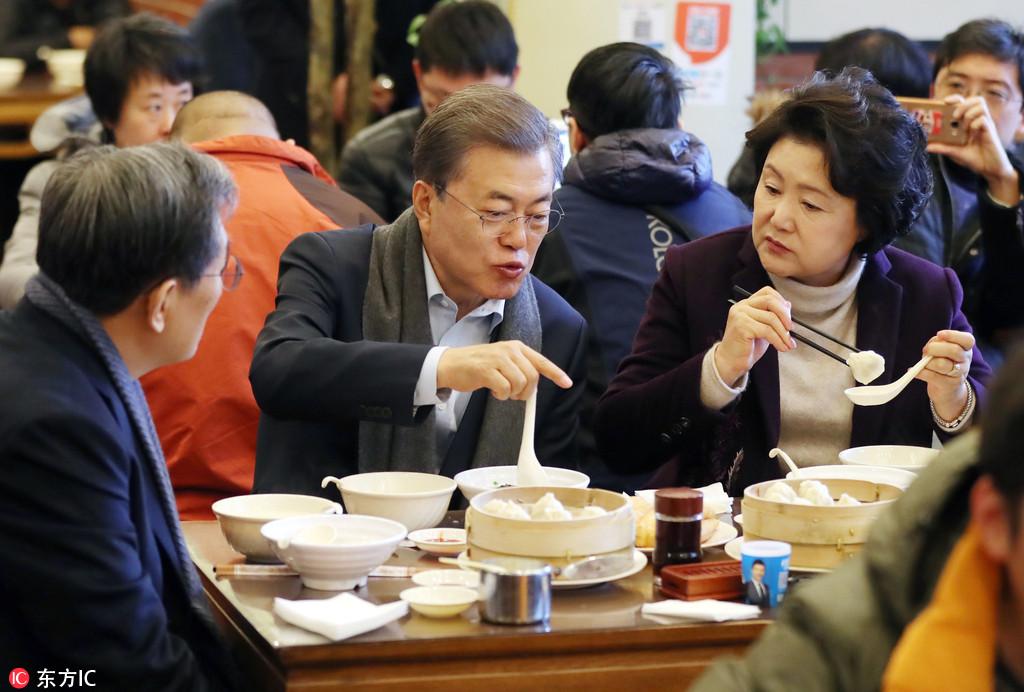文在寅夫妇在京喝豆浆吃油条 想用手机支付却没账户
