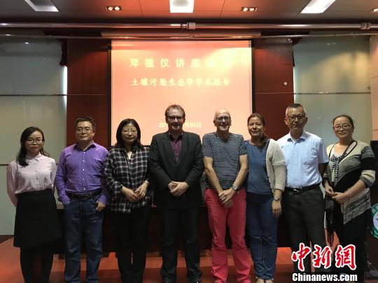 李永涛与来访的外籍学术团队交流 受访者供图