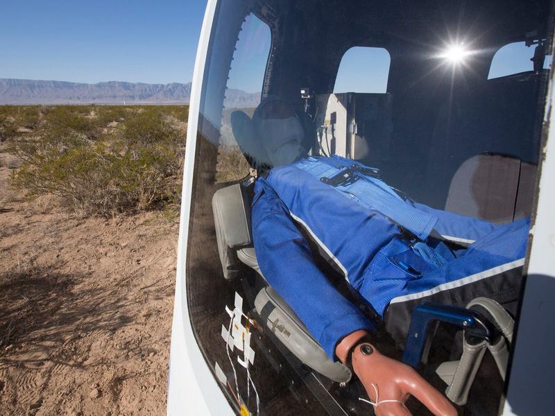 贝索斯的蓝色起源又发射可回收火箭了,这次送了个假人上天
