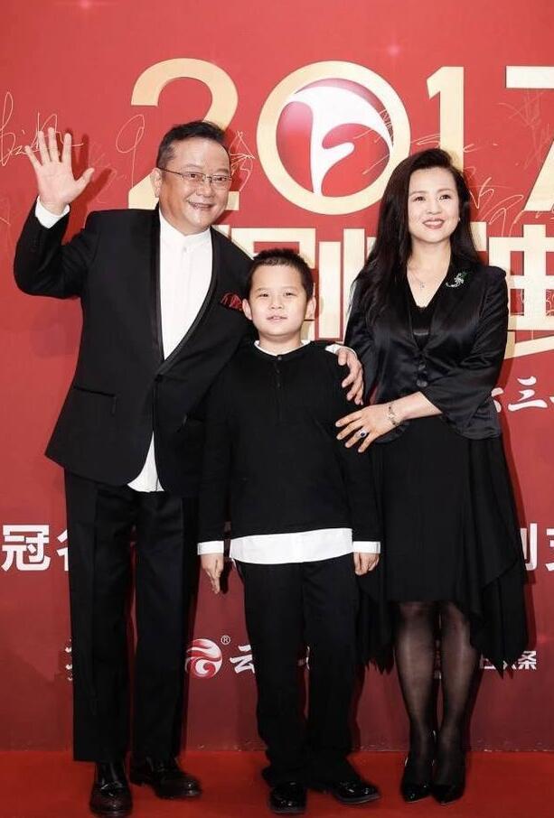 69岁王刚染黑白发 带小20岁娇妻和9岁儿子亮相