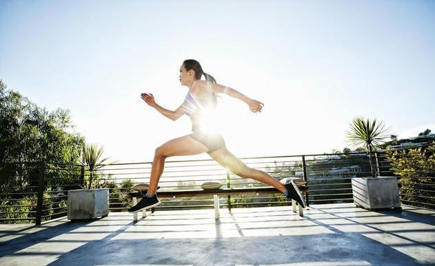 秋冬跑步别盲目,你该知道这些建议!秋冬早晨天气空气寒冷,气温低,由于这个原因导致我们血管易收缩,因此,小编建议大家在晨跑之前最好先吃点东西,喝点水,维持身体能量。过一段时间后,再跑步,那样的话对于身体健康是有所裨益的。