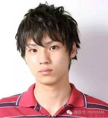 适合男大学生的帅气发型,立刻给人校园小a发型齐刘海长直发生活照图片