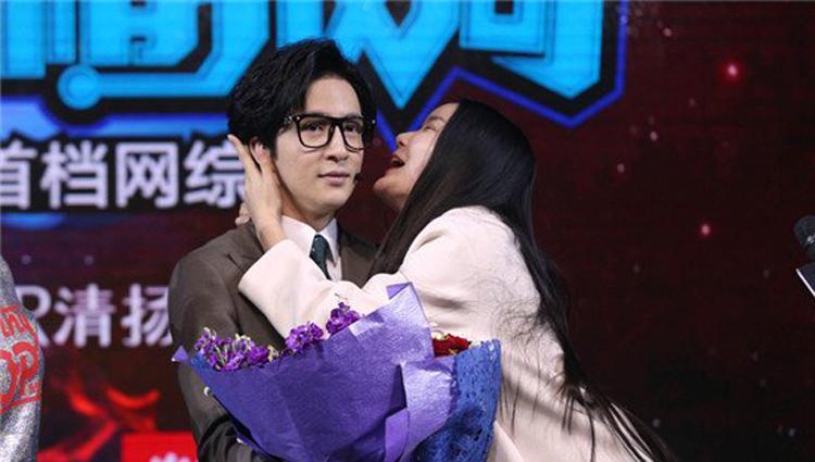 强吻薛之谦的女粉丝遭起底 真爱粉怒喷:原来是她