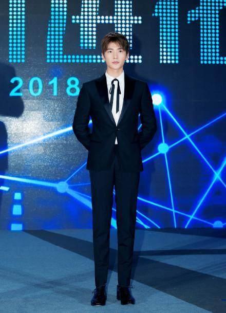 图为杨洋现场全身照,其双手背后,笔直地站在舞台上,又酷又帅