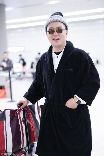 杜海涛拿编织袋穿睡衣走机场 却被郭敬明助理抢镜了