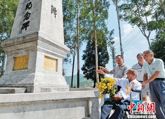 图为黄胜庸生前拜祭淞沪抗日烈士,并向烈士纪念碑献花。 颜新阳摄