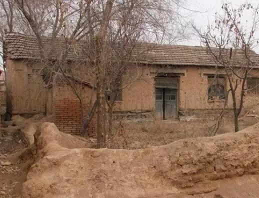 男子家中地下传出手机铃声,挖出了他亲姐的尸