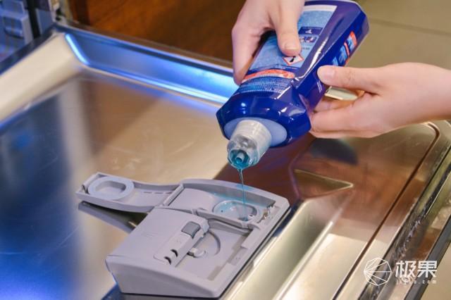 产品  使用的时候直接倒满洗碗机的漂洗剂仓就可以啦.