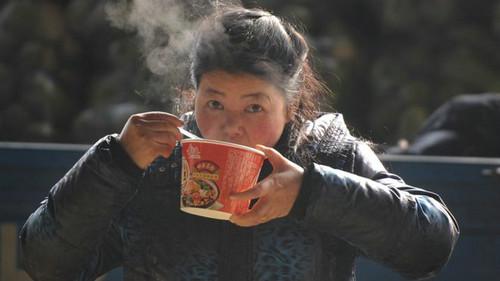 """英媒称中国方便面销量下跌""""不寻常"""":折射社会生活变化"""