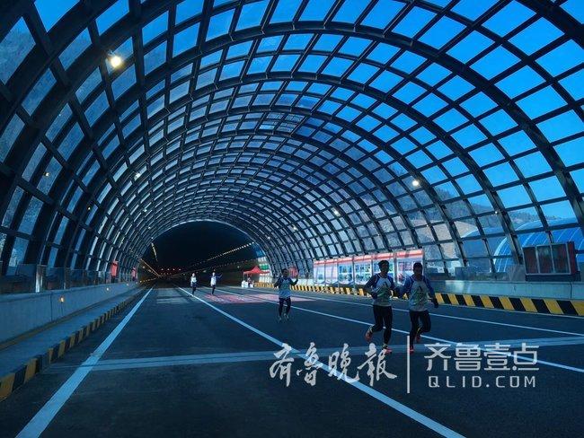 """香港六合彩图库千余市民体验济南东南二环""""世界最大八车道隧道群"""""""