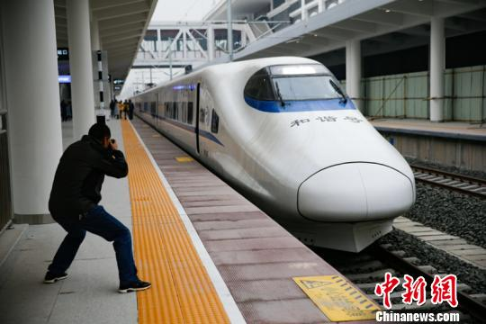 记者体验渝贵铁路试运行。 贺俊怡 摄