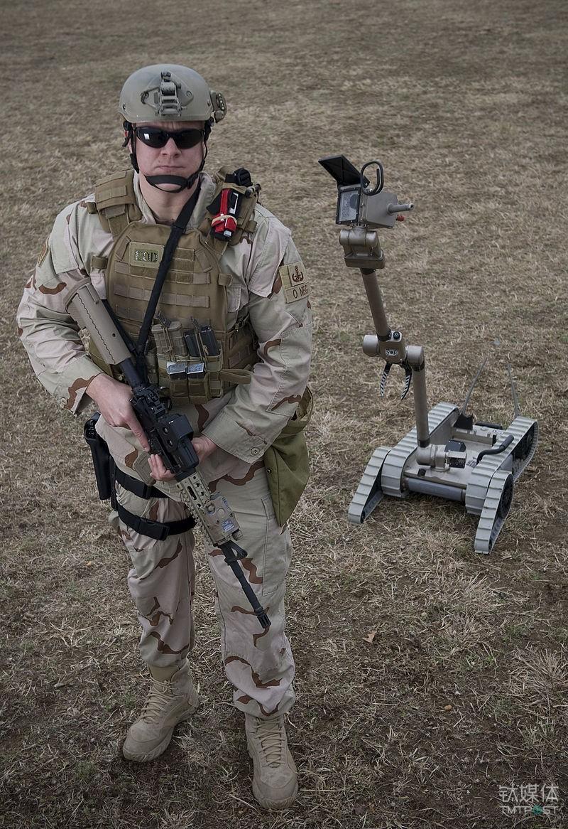 一名美国士兵与PackBot的合影