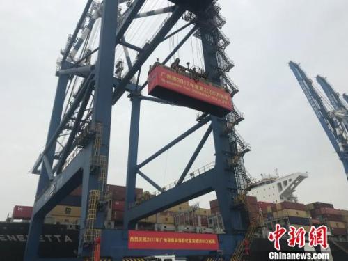 广州港集装箱年吞吐量突破2000万箱 蔡敏婕 摄