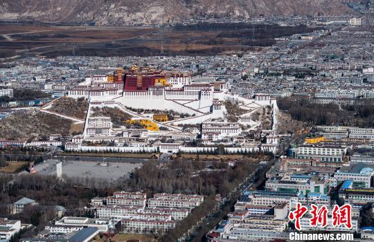 图为世界文化遗产―西藏布达拉宫。 何蓬磊 摄