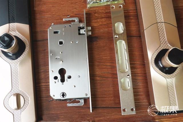 比起一般的防盗门锁,要大一号,另外,内外把手的高度是不一致的,内部的