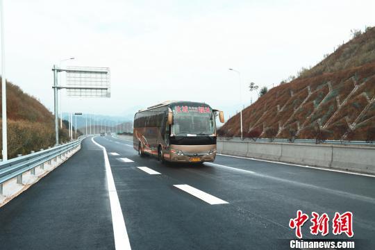 一辆湖南汝城县至广东韶关的客运巴士行驶在炎汝高速上。 通讯员 安新志 摄