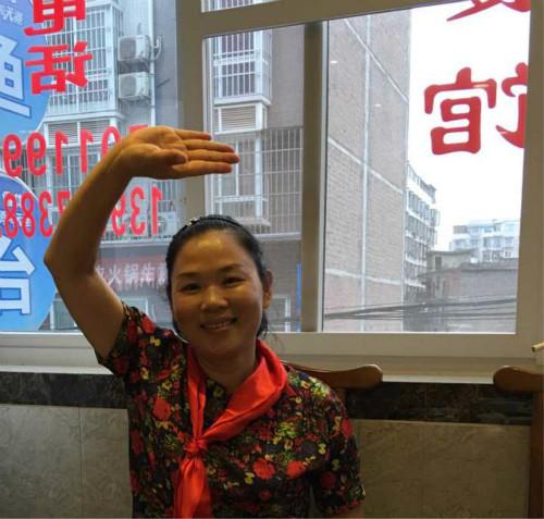 45岁女官员下乡扶贫出车祸遇难 上千民众为她送别
