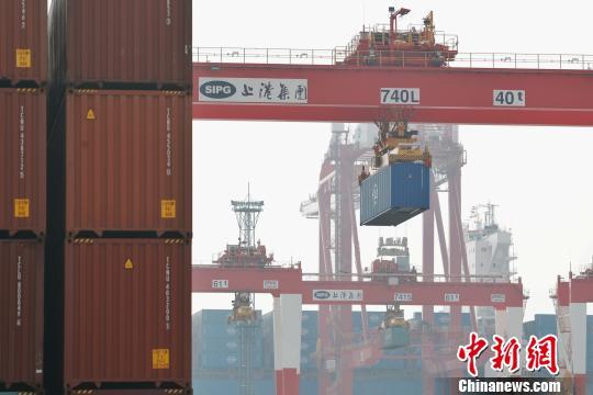上海港年吞吐量破4000万标准箱 张亨伟 摄