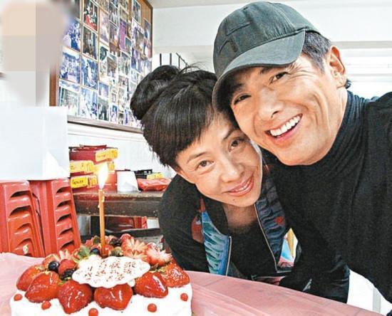 周润发送花为太太庆生 两人牵手切蛋糕场面超甜