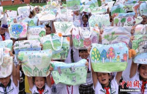 资料图:小学生手绘环保袋呼吁环保。 陈超 摄