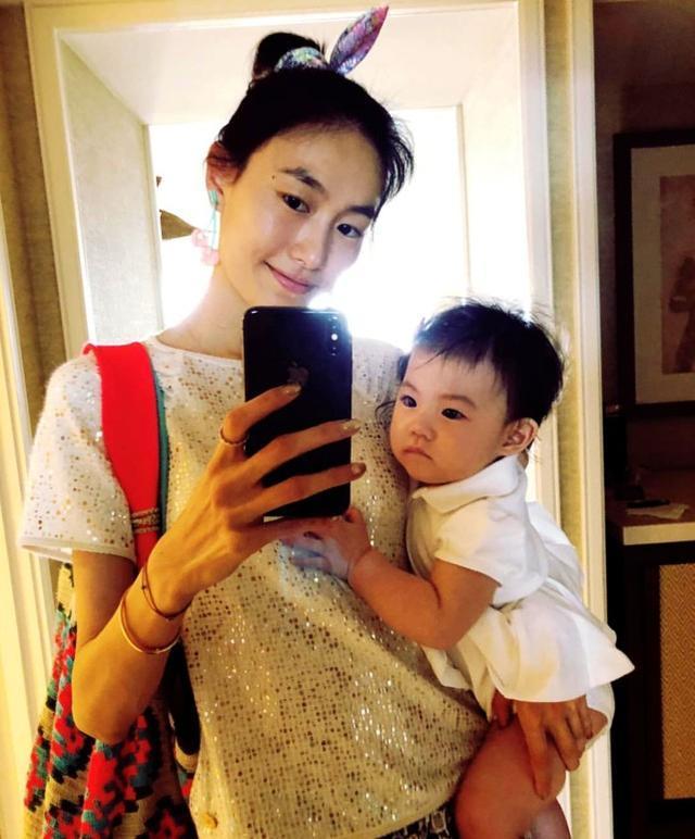 陈冠希女友秦舒培抱女儿自拍,手指长度简直要逆天!