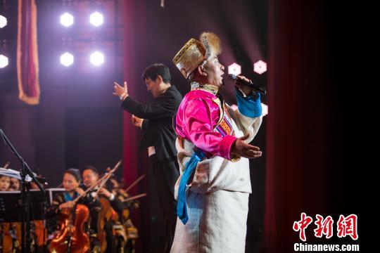 图为音乐会现场的男声独唱。 何蓬磊 摄