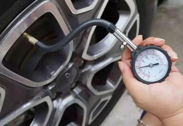 轮胎的标准气压在驾驶员这边的门上或门边上都有标注(另外这个标准值图片