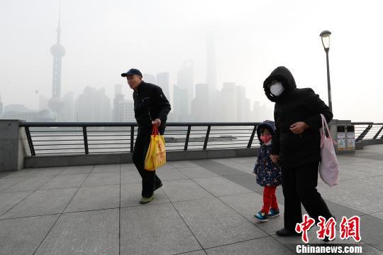 上海启动空气重污染蓝色预警,提醒儿童、老年人尽量停留在室内,暂停户外活动。 张亨伟 摄