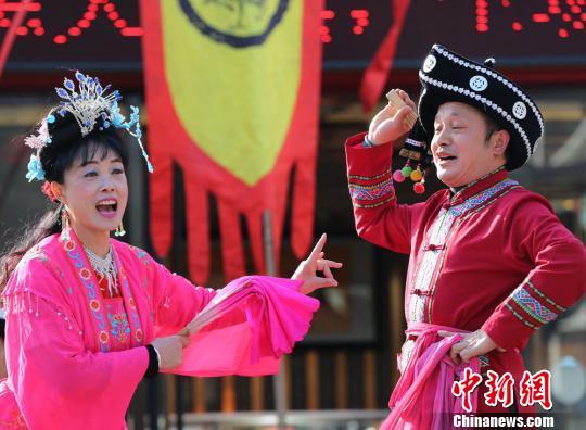 当地民间艺人表演《唱花灯》。 吴勇兵 摄