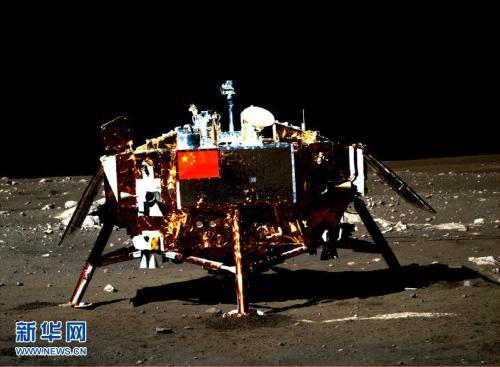 资料图:嫦娥三号着陆器及器载五星红旗图片。该图是由月球车上全景相机拍摄的。新华社发(国防科工局供图) 图片来源:新华网