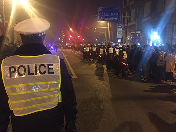 """上海外滩跨年""""待客""""30万人次,警方一级勤务保安全"""