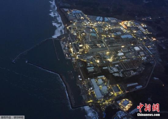 """当地时间3月10日,""""3-11""""大地震5周年纪念日的前一天,福岛第一核电站在黄昏中停运亮灯的场景。"""