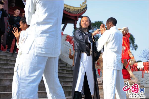打太极迎新年 国外友人点赞青城山