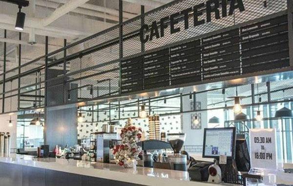 办公室的中心有块区域,员工可以在这里来点简单的小吃和饮料