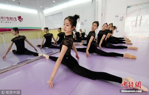 """资料图:随着2018年艺考临近,""""00后""""艺考生们在河北省邯郸市心连心舞蹈艺术中心的练功房内正抓紧时间进行强化训练,备战艺考。今年高考的考生绝大部分是上世纪90年代末出生的孩子,2018年将是""""00后""""的高考时代,他们将正式成规模地登上高考舞台。郝群英摄图片来源:视觉中国"""