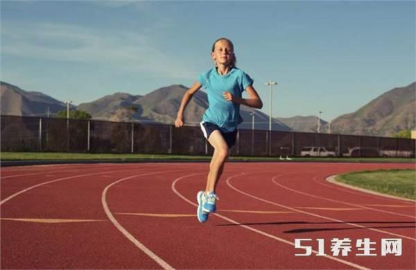 为什么大家在操场跑步都是逆时针方向呢?