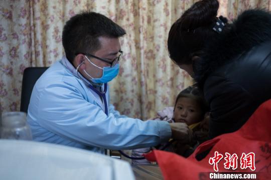 图为西藏民营医院的医生为患者就诊。 何蓬磊 摄