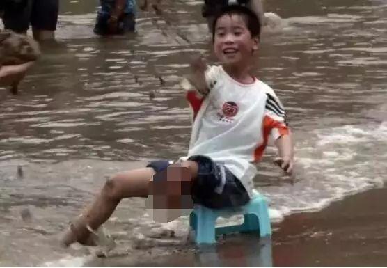 汶川地震截肢男孩十年后重返当年医院 现场哭成一片