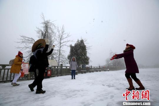 游客打雪仗 吴勇兵 摄