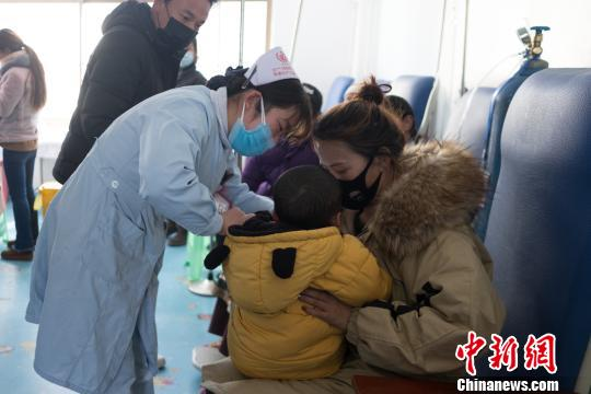 图为西藏民营医院的护士悉心照顾患者。 何蓬磊 摄