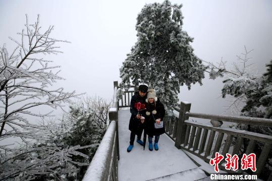 游客在雪中合影 吴勇兵 摄