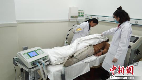 西藏阜康医院成立西藏首个康复中心,图为患者接受康复治疗。 陈昱光 摄