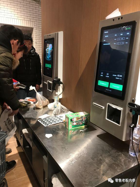 现制现售的煎饼区 首先值得说道的是餐饮区的位置。如果从目前开放的入口进入,餐饮区位于门店最里端;但如果从商场内部的入口进入,中西餐饮区就分别位于入口处的两边。待购物中心正常营业,7FRESH无疑也会承接购物中心一部分的餐饮职能。 东方餐饮区主要经营可现场加工的海鲜商品,在这个区域用户可以品尝到帝王蟹、波士顿龙虾、古巴龙虾鳗鱼饭、本日海鲜组合等美食。