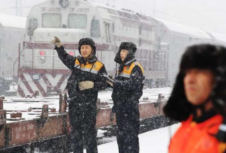 """风雪中铁路人坚守岗位!确保旅客""""冰点""""出行万无一失"""