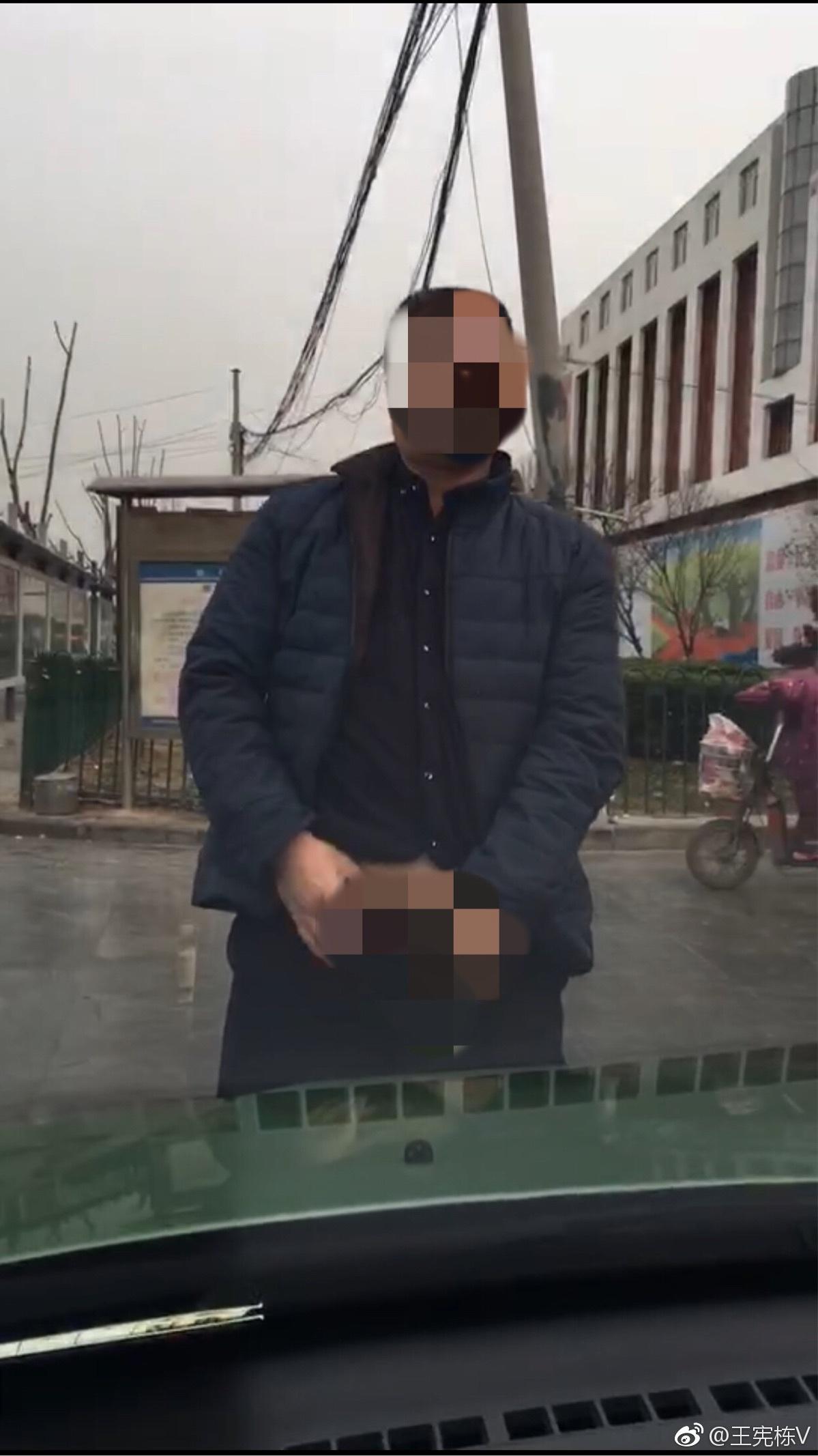 恶劣!出租车司机与同行抢客 露出下体挑衅女学生